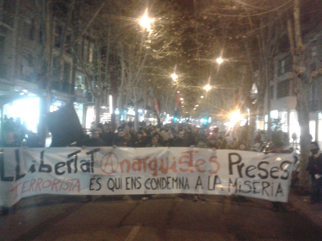 [Crònica] Més de 300 persones es manifesten a Sabadell per la llibertat dels pres@s anarquistes